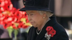 The Queen laying the first wreath of poppies