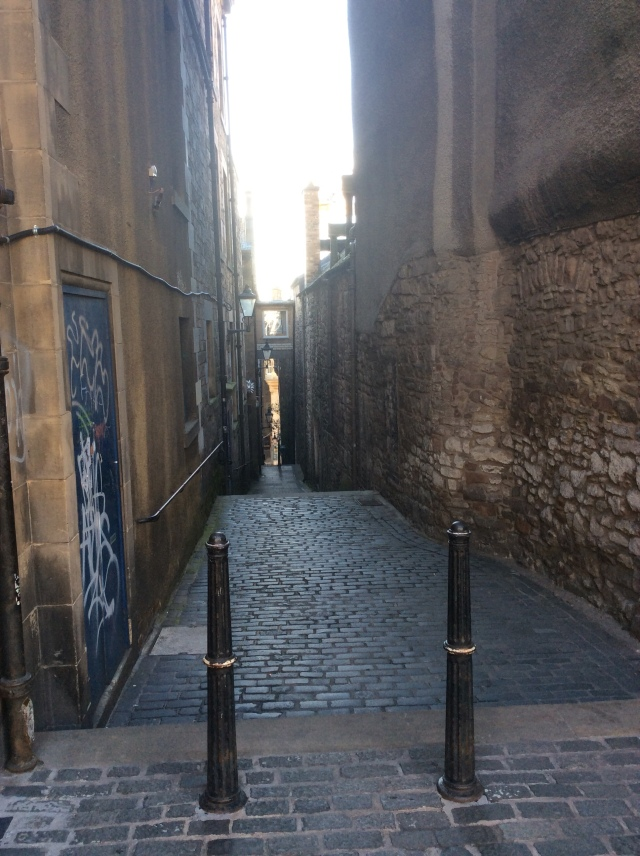 One of the countless narrow alleys or Closes that run off from the Royal Mile