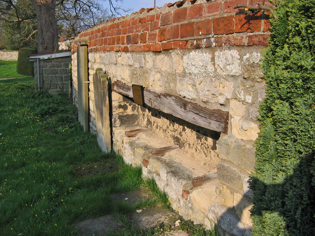 18th_Century_Coffin_Rest_-_geograph.org.uk_-_384194
