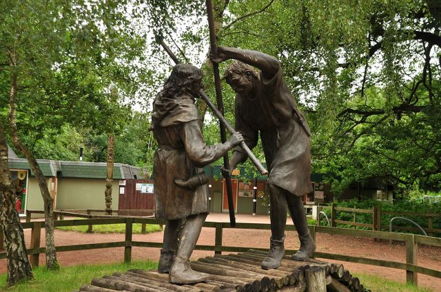 Statue_of_Robin_Hood_and_Little_John_in_Sherwood_Forest_(9466)
